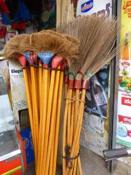 Balais en vente. Source : http://data.abuledu.org/URI/53136026-balais-en-vente