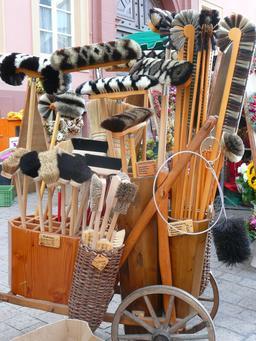 Balais et balayettes en vente. Source : http://data.abuledu.org/URI/53137675-balais-et-balayettes-en-vente