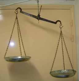 Balance à fleau. Source : http://data.abuledu.org/URI/502e9233-balance-a-fleau