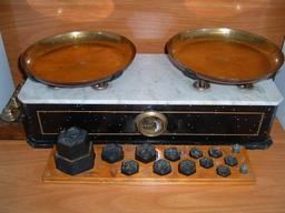 Balance Béranger et ses poids. Source : http://data.abuledu.org/URI/52120563-balance-beranger-et-ses-poids