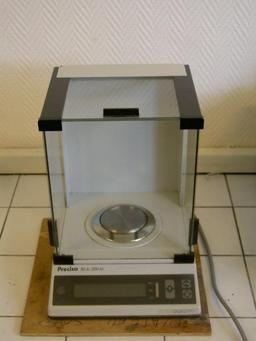 Balance électronique de laboratoire. Source : http://data.abuledu.org/URI/52120d8f-balance-electronique-de-laboratoire