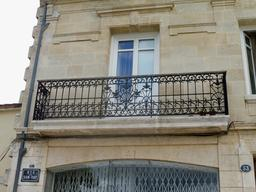 Balcon en fer forgé à Bordeaux. Source : http://data.abuledu.org/URI/5920d56f-balcon-en-fer-forge-a-bordeaux