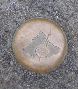 Balisage du Chemin de Saint-Jacques au Mont-Saint-Michel. Source : http://data.abuledu.org/URI/54a88ee7-balisage-du-chemin-de-saint-jacques-au-mont-saint-michel