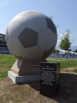 Ballon de foot en pierre à Salzbourg. Source : http://data.abuledu.org/URI/55180f99-ballon-de-foot-en-pierre-a-salzbourg