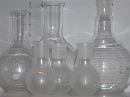Ballons en verre de laboratoire. Source : http://data.abuledu.org/URI/531503ed-ballons-en-verre-de-laboratoire