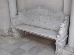 Banc en marbre décoré. Source : http://data.abuledu.org/URI/53150d53-banc-en-marbre-decore