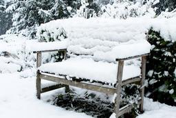 Banc sous la neige. Source : http://data.abuledu.org/URI/54d10012-banc-sous-la-neige