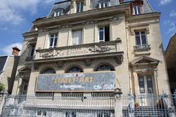 Banderole publicitaire sur façade historique. Source : http://data.abuledu.org/URI/533f96f4-banderole-publicitaire-sur-facade-historique