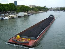 Barge à charbon sur la Seine. Source : http://data.abuledu.org/URI/5277a7b9-barge-a-charbon-sur-la-seine