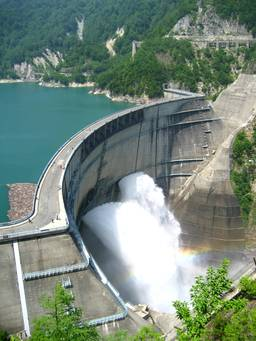 Barrage de Kurobe. Source : http://data.abuledu.org/URI/501b052f-barrage-de-kurobe