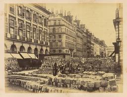 Barricade Rue de la Paix en 1870. Source : http://data.abuledu.org/URI/5946606b-barricade-rue-de-la-paix-en-1870
