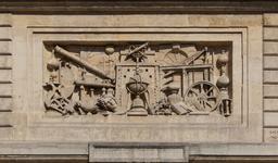 Bas-relief de l'ancienne école polytechnique. Source : http://data.abuledu.org/URI/53e23e91-bas-relief-de-l-ancienne-ecole-polytechnique