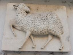 Bas-relief de mouton à Dijon. Source : http://data.abuledu.org/URI/592698fc-bas-relief-de-mouton-a-dijon