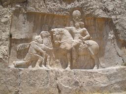 Bas relief nagsh-e-rostam en Iran. Source : http://data.abuledu.org/URI/52b0a783-bas-relief-nagsh-e-rostam-en-iran