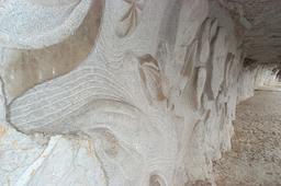 Bas-relief sur le chemin de halage à Saint-Cirq-Lapopie. Source : http://data.abuledu.org/URI/553aaf81-bas-relief-sur-le-chemin-de-halage-a-saint-cirq-lapopie