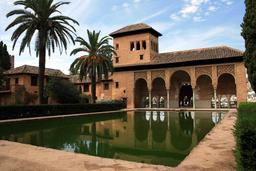 Bassin de l'Alhambra à Grenade. Source : http://data.abuledu.org/URI/53161237-bassin-de-l-alhambra-a-grenade