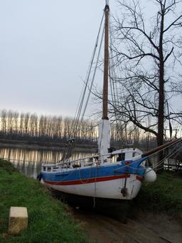 Bateau à voile sur estey de la Garonne en hiver. Source : http://data.abuledu.org/URI/5827e521-bateau-a-voile-sur-estey-de-la-garonne-en-hiver