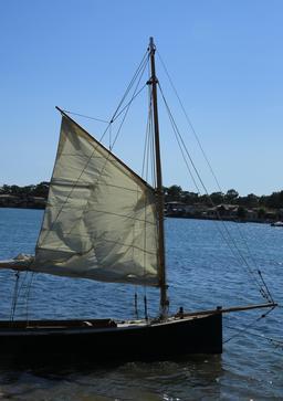 Bateau à voile traditionnel au Mimbeau. Source : http://data.abuledu.org/URI/55a7b786-bateau-a-voile-traditionnel-au-mimbeau