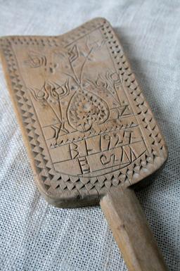 Battoir en bois gravé pour laver le linge. Source : http://data.abuledu.org/URI/5330c29d-battoir-en-bois-grave-pour-laver-le-linge
