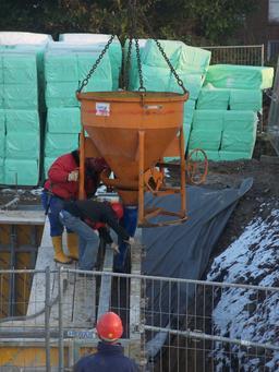 Benne de béton sur un chantier. Source : http://data.abuledu.org/URI/503b7071-benne-de-beton-sur-un-chantier