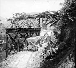 Bennes de la carrière de talc de Luzenac en 1900. Source : http://data.abuledu.org/URI/520cef2d-bennes-de-la-carriere-de-talc-de-luzenac-en-1900
