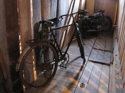 Bicyclette et moto à la Ferme Jacquemot. Source : http://data.abuledu.org/URI/54a49ca8-bicyclette-et-moto-a-la-ferme-jacquemot