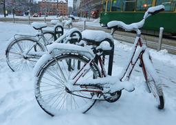 Bicyclettes sous la neige à Helsinki. Source : http://data.abuledu.org/URI/54cce59d-bicyclettes-sous-la-neige-a-helsinki