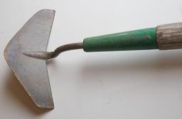 Binette à lame de sarcleuse. Source : http://data.abuledu.org/URI/51dddb2f-binette-a-lame-de-sarcleuse
