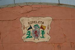 Blason d'Espelette sur le fronton. Source : http://data.abuledu.org/URI/52801d75-blason-d-espelette-sur-le-fronton