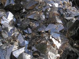 Blocs d'obsidienne. Source : http://data.abuledu.org/URI/507f0dd0-blocs-d-obsidienne