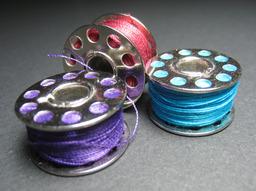 Bobines pour machine à coudre. Source : http://data.abuledu.org/URI/502a3e87-bobines-pour-machine-a-coudre