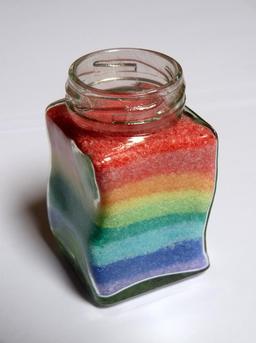 Bocal en verre de sel coloré. Source : http://data.abuledu.org/URI/52ae11a1-bocal-en-verre-de-sel-colore