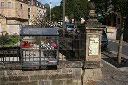 Boite à livres à Sarlat. Source : http://data.abuledu.org/URI/538397e8-boite-a-livres-a-sarlat
