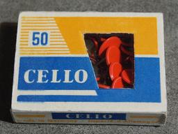 Boîte de cinquante punaises à tête rouge. Source : http://data.abuledu.org/URI/53ab662b-boite-de-cinquante-punaises-a-tete-rouge
