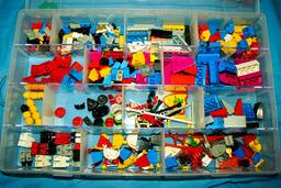 Boite de légos. Source : http://data.abuledu.org/URI/501eb1a1-boite-de-legos