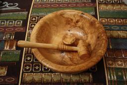 Bol casse-noix en bois avec marteau. Source : http://data.abuledu.org/URI/522e3e1e-bol-casse-noix-en-bois-avec-marteau