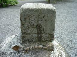 Borne de l'IGN en Mayenne. Source : http://data.abuledu.org/URI/56c31bce-borne-de-l-ign-en-mayenne
