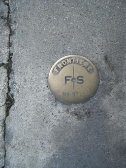 Borne frontière franco-suisse incrustrée dans un trottoir. Source : http://data.abuledu.org/URI/56c38ebb-borne-frontiere-franco-suisse-incrustree-dans-un-trottoir