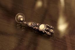 Boucle d'oreille à pendentif. Source : http://data.abuledu.org/URI/53987871-boucle-d-oreille-a-pendentif