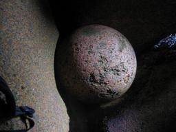 Boule de granite rose. Source : http://data.abuledu.org/URI/50954a02-boule-de-granite-rose