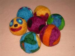 Boules en feutre. Source : http://data.abuledu.org/URI/52951879-boules-en-feutre
