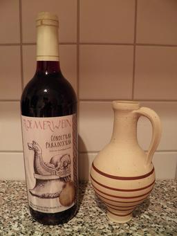 Bouteille de vin à la romaine et pichet. Source : http://data.abuledu.org/URI/554259de-bouteille-de-vin-a-la-romaine-et-pichet