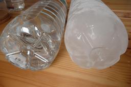 Bouteilles d'eau. Source : http://data.abuledu.org/URI/523731dc-bouteilles-d-eau
