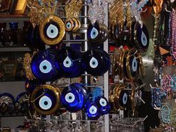 Boutique de vente de Nazar boncuks. Source : http://data.abuledu.org/URI/52992f84-boutique-de-vente-de-nazar-boncuks