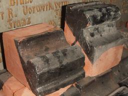 Briques émaillées en formes. Source : http://data.abuledu.org/URI/51c353b3-briques-emaillees-en-formes