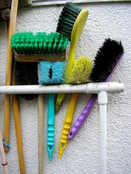 Brosses de ménage. Source : http://data.abuledu.org/URI/5040f40b-brosses-de-menage
