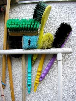 Brosses de ménage. Source : http://data.abuledu.org/URI/5040f40b-brosses-de-menage