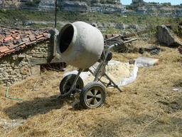 Brouette bétonnière. Source : http://data.abuledu.org/URI/51de6cbb-brouette-betonniere