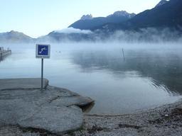 Brouillard d'évaporation sur le Lac d'Annecy. Source : http://data.abuledu.org/URI/50b12e5d-brouillard-d-evaporation-sur-le-lac-d-annecy