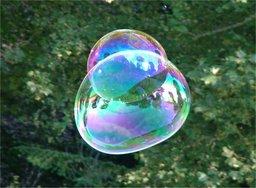 Bulle de savon double irisée. Source : http://data.abuledu.org/URI/503949f4-bulle-de-savon-double-irisee